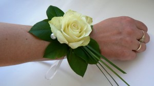Bransoleta z białą różą