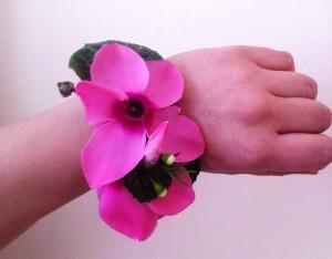 Biżuteria z kwiatami cyklamenu