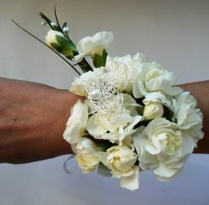 Bransoletka kwiatowa biała