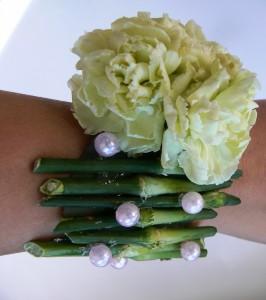 Bransoletka kwiatowa biało-zielona