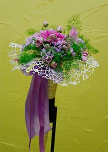 Fioletowy bukiet ślubny w rożku