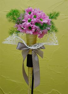 Fioletowy bukiet ślubny w rożku z kokardą