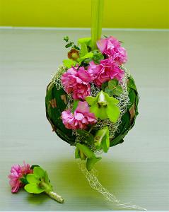 Kompozycja kwiatowa na kuli zielono-różowa