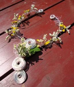 Naszyjnik florystyczny z drutu i drobnych kwiatków