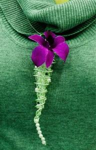 Naszyjnik florystyczny z fioletowym kwiatem