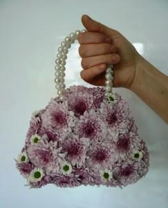 Torebka z różowych kwiatów na styropianie