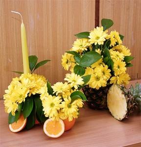 Żółte kwiaty w naczyniu z ananasa