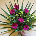 Bukiet okolicznościowy z fioletowymi gerberami i zielonym santini