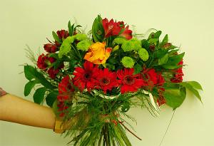 Bukiet okolicznościowy z różą, gerberami, alstromerią i zielonym santini