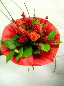 Bukiet okolicznościowy z różami i jarzębiną