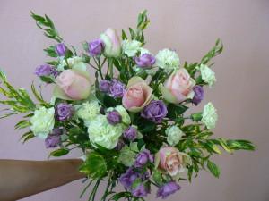Bukiet okolicznościowy z różowymi i fioletowymi różami i białymi goździkami