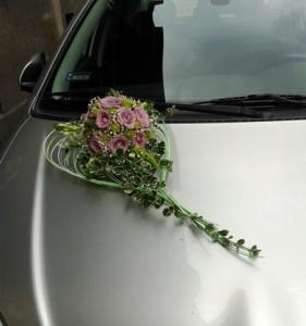 Dekoracja ślubna auta - kompozycja na masce