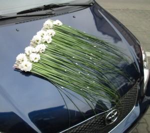 Dekoracja ślubna auta - kompozycja na maskę
