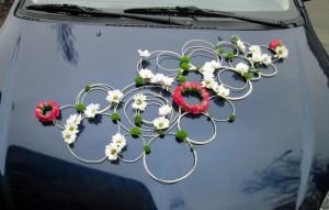 Dekoracja ślubna auta - kompozycja z przodu