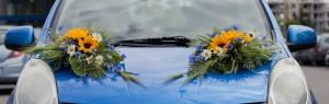 Dekoracja ślubna auta - kwiaty na masce