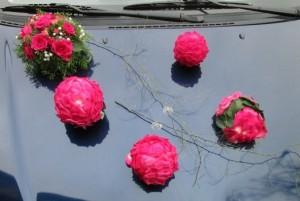 Dekoracja ślubna auta - kwiaty na maskę