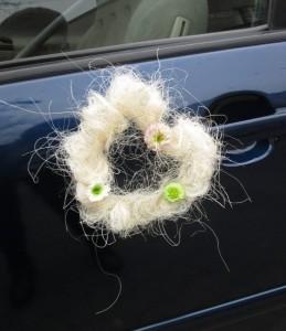 Dekoracja ślubna auta - serce na drzi