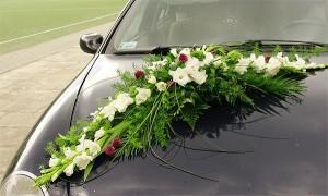 Dekoracja ślubna auta - wiązanka na przód