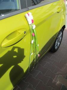 Dekoracja auta do ślubu - kwiaty na dzrwi