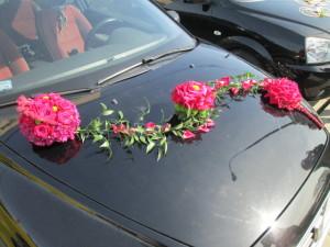 Dekoracja auta do ślubu - kwiaty na masce