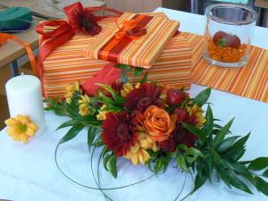 Dekoracja stołu z zapakowanymi prezentami