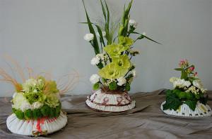 Fantazyjne kwiaty w dekoracjach domu w naczyniach