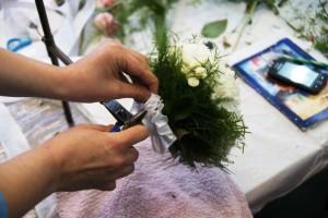 florysta przy pracy - bukiet ślubny