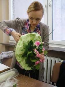 Florystka pokazuje jak wykonać bukiet
