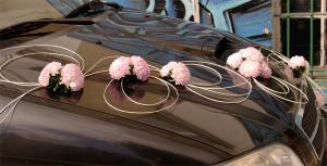 Florystyczna dekoracja ślubna auta