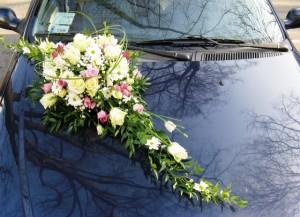 Florystyczna dekoracja ślubna maski auta