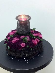 Florystyczna dekoracja świecznika z różowych kwiatów