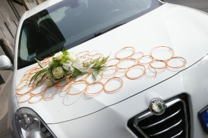 Florystyczna dekoracja maski auta do ślubu
