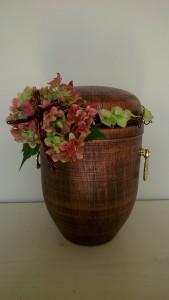 Florystyczna dekoracja urny z krzyżem z drutu