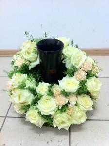Florystyczna dekoracja wazonu z białych róż