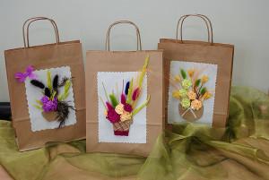 Florystyczne ozdabianie torebek na prezenty