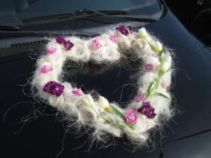 Florystyka ślubna - serce na auto