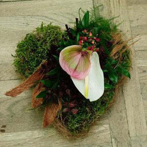 Florystyka żałobna - serce na grób z białym kwiatem