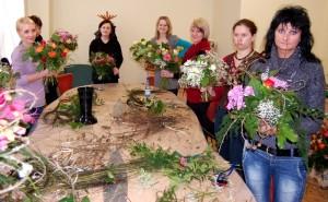Florystyka kursy - grupa florystek z kompozycjami