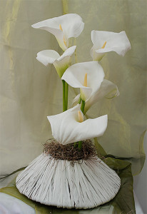 Kalie w naczyniu - kompozycja florystyczna