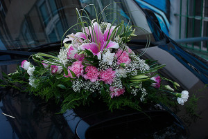Kompozycja florystyczna ślubna na maskę samochodu