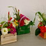 Kompozycje kwiatowe w kolorowych koszykach