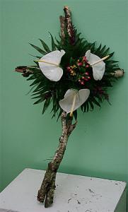 Krzyż żałobny z brzozy z białymi kwiatami