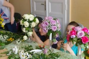 Kurs florystyczny - przyszłe florystki przy pracy