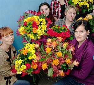 Kurs florystyczny - uczestniczki prezentują bukiety