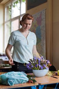 Kurs florystyki Zielona Góra - uczestniczka z kompozycją w naczyniu