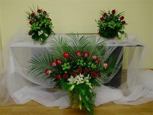 kwiatowa-dekoracja-ślubna-głównego-ołtarza