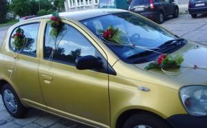 Kwiatowa ozdoba samochodu do ślubu