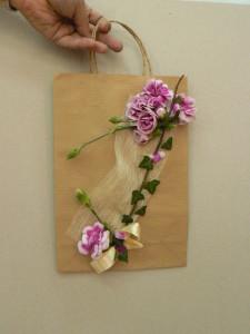 Kwiaty ozdobne na torbie prezentowej