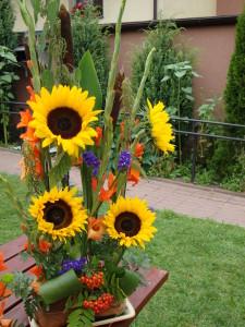 Letnia kompozycja florystyczna ze słonecznikami w naczyniu