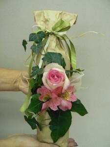 Ozdabianie butelki z różą i alstromerią